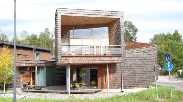 Стены дома, обшитые сибирской лиственницей со временем становятся все красивее и лучше.