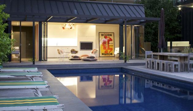 Шикарный дом со стеклянными стенами у