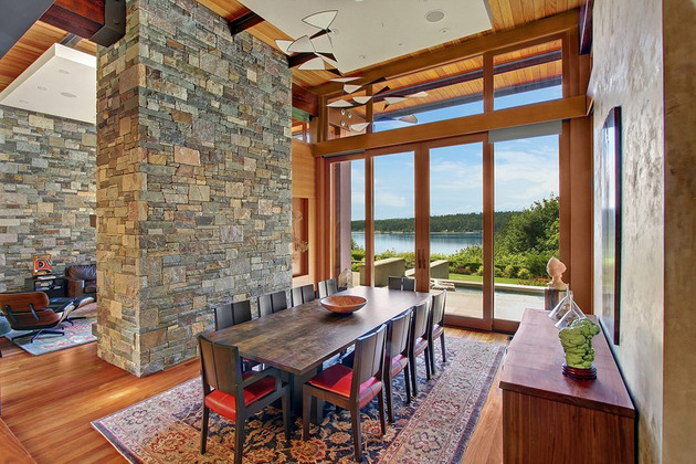 Красивый дом из дерева, камня и стали