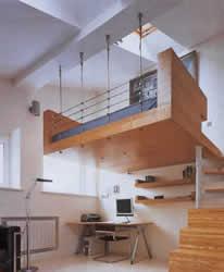"""Проект квартиры (""""Б.С.Пост). """"Архитектору трудно работать с мансардными помещениями, но здесь за счёт необычных элементов вроде висящей в воздухе кровати получился интересный интерьер""""."""