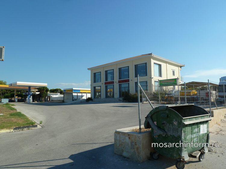 Заправка и придорожный магазин в Греции