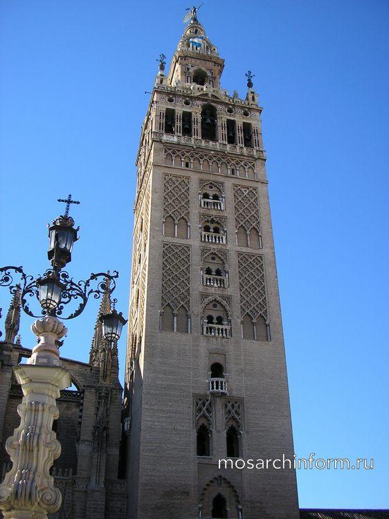 Башня альмохадов и колокольная секция в стиле Возрождения сливаются в одно гармоничное целое в колокольне Ла Хиральда, Севилья.