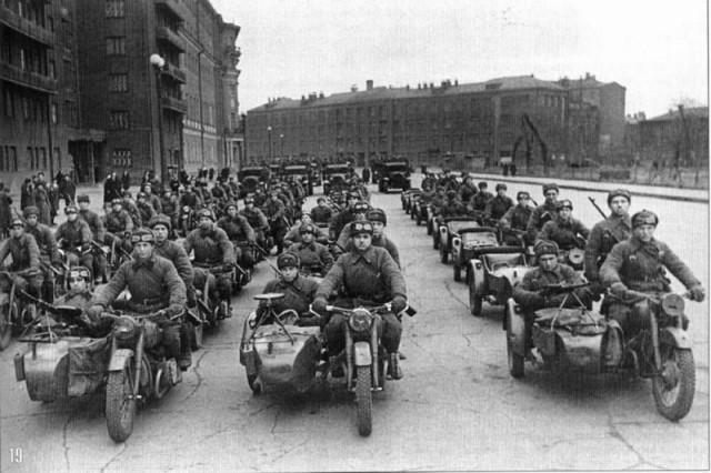 Части Красной Армии на одной из улиц Москвы. На переднем плане мотоциклы М-72 - Фото пользователей сайта фото