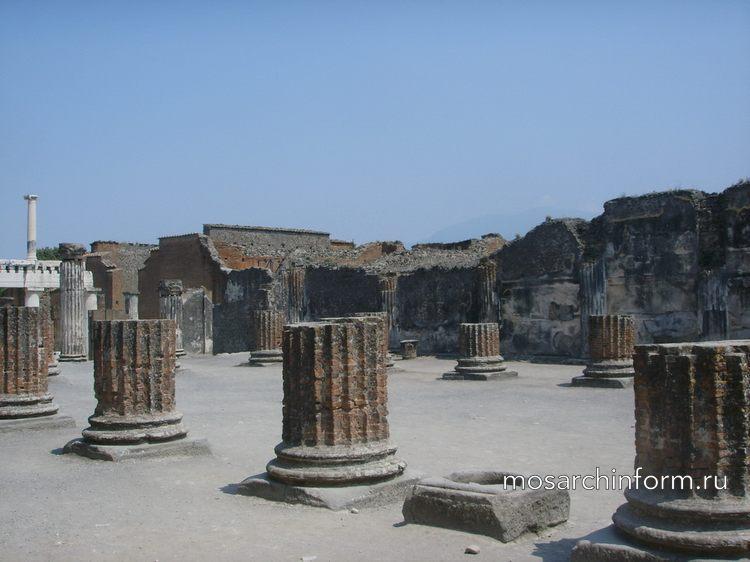 В архитектуре использовали дорические, ионические и коринфские колонны, а также барельефы и рельефы на каменных плитах, и конечн
