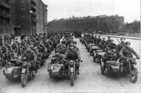 Фото пользователей сайта - Части Красной Армии на одной из улиц Москвы. На переднем плане мотоциклы М-72